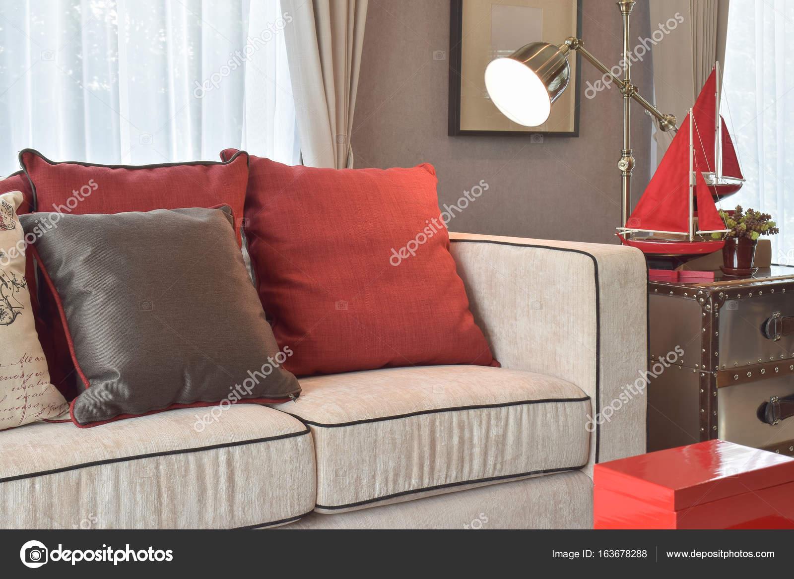 Klassische Industrielle Aussehen, Wohnzimmer Mit Sofa Beige Und Rot Und  Tief Braun Leinen Kissen Mit
