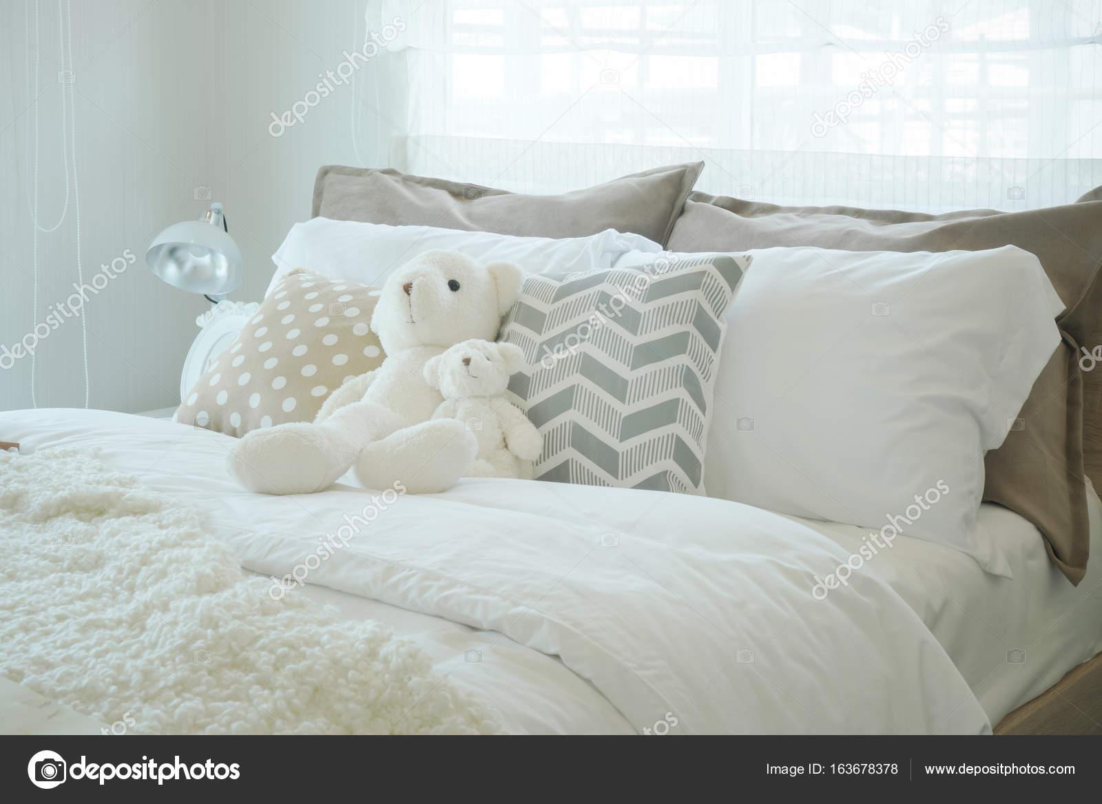 teddy bear op bed in kid slaapkamer pastel stijl stockfoto