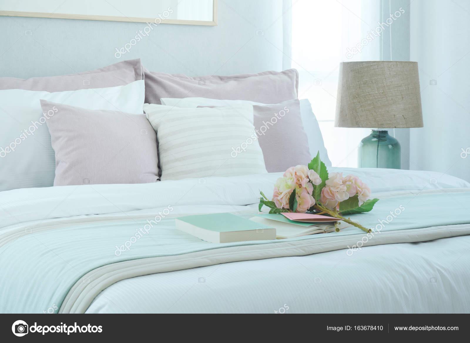 Interno camera da letto stile romantico con fiore e libro sulla base ...