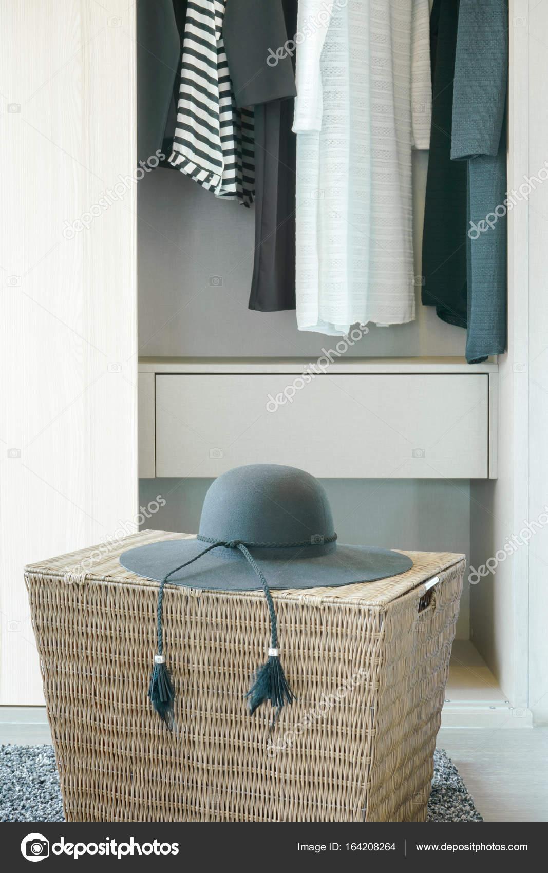 Schwarzen Hut auf Korb mit Tüchern hängen im Schrank im Hintergrund ...