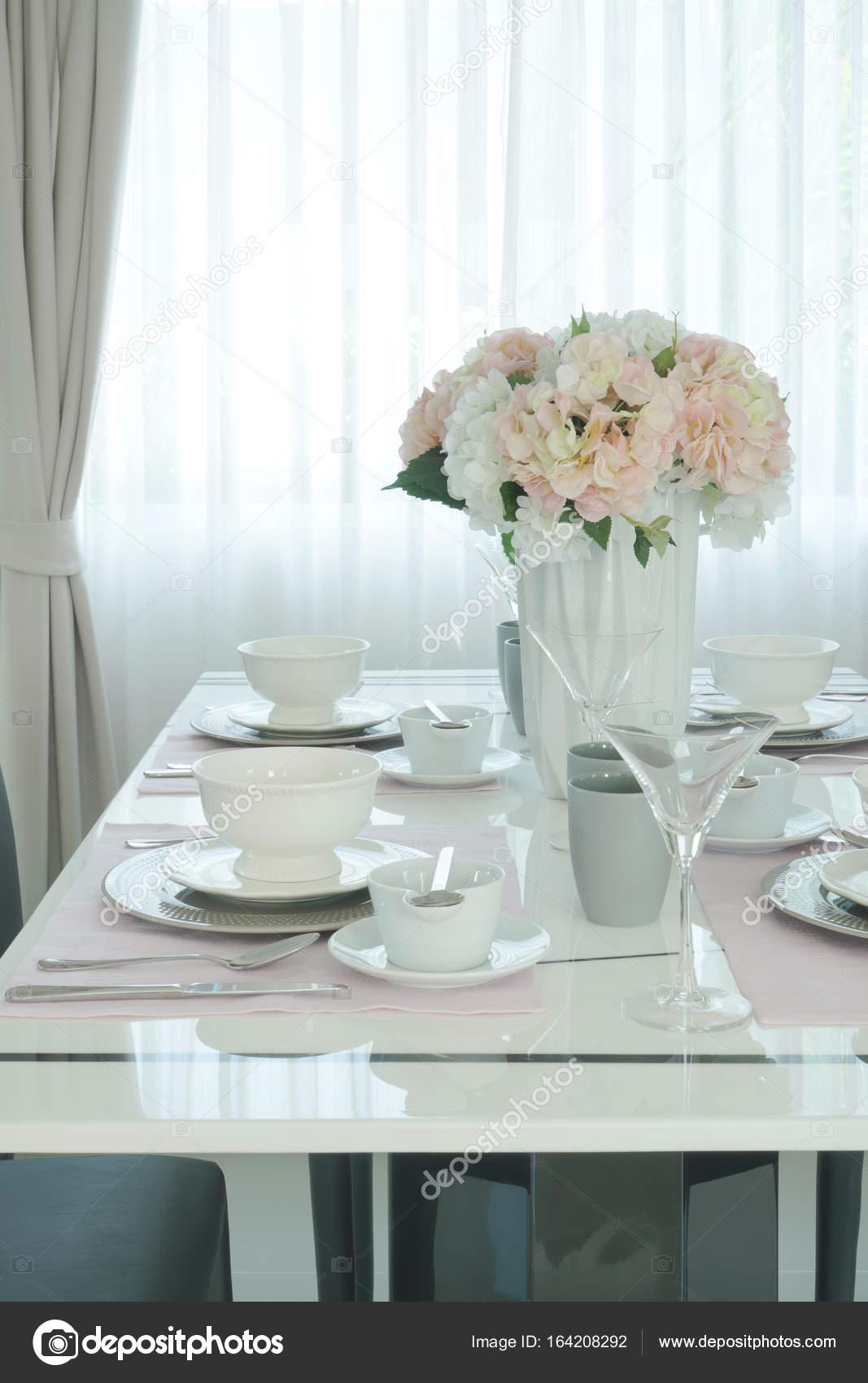 Fleur rose au centre de la table manger romantique dans la salle manger photographie - Centre de table salle a manger ...