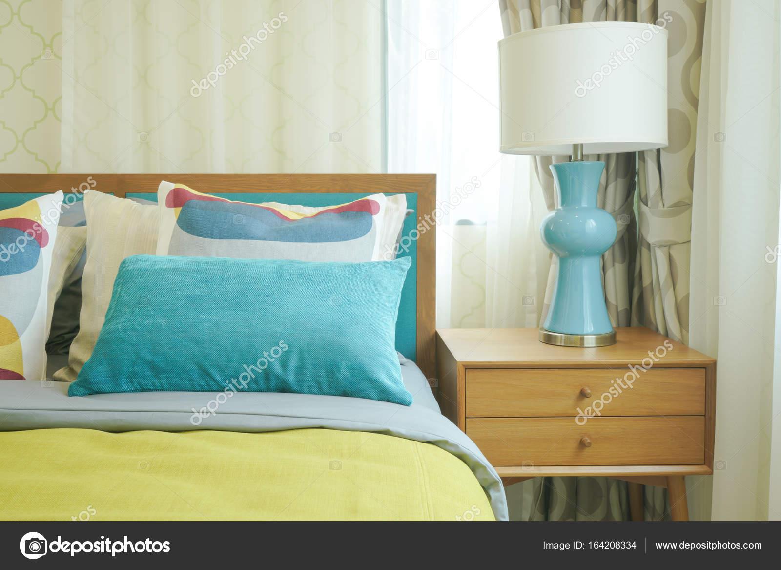 Biancheria da letto colorata stile interni camera da letto — Foto ...