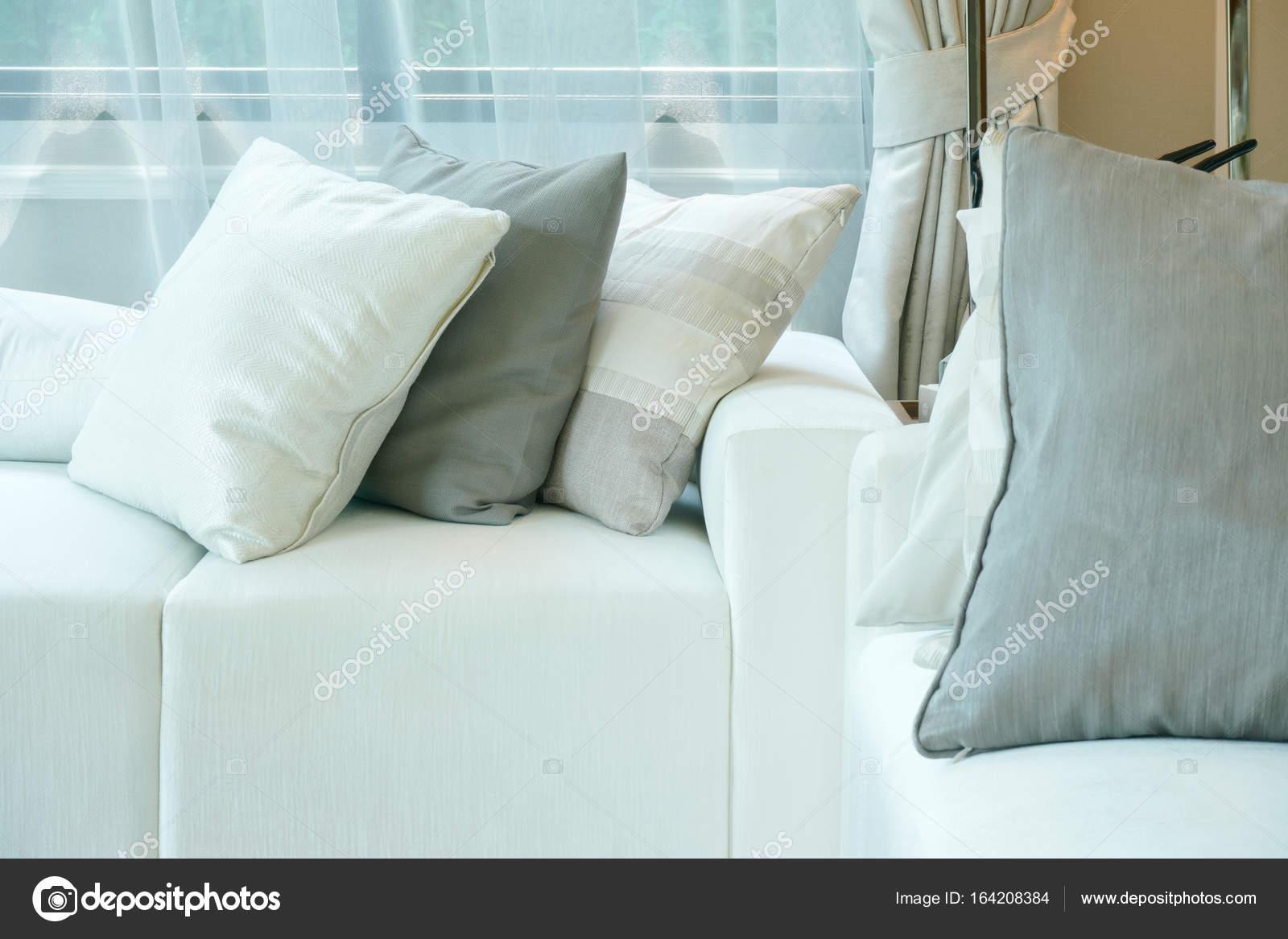 Divani Bianchi E Grigi : Come scegliere il colore del divano home staging italia