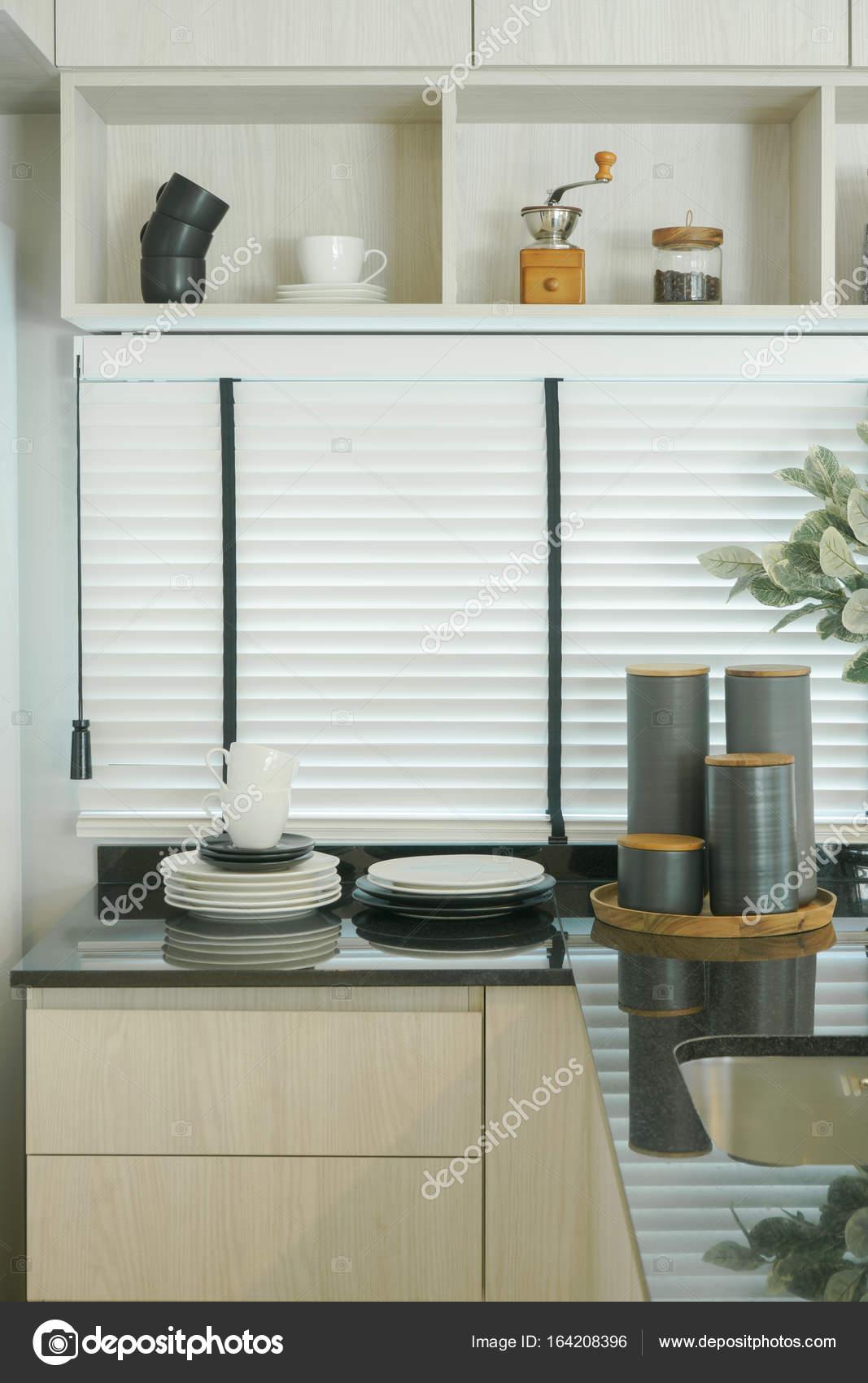 Piano di lavoro interni, nero di moderna cucina con mensola ...