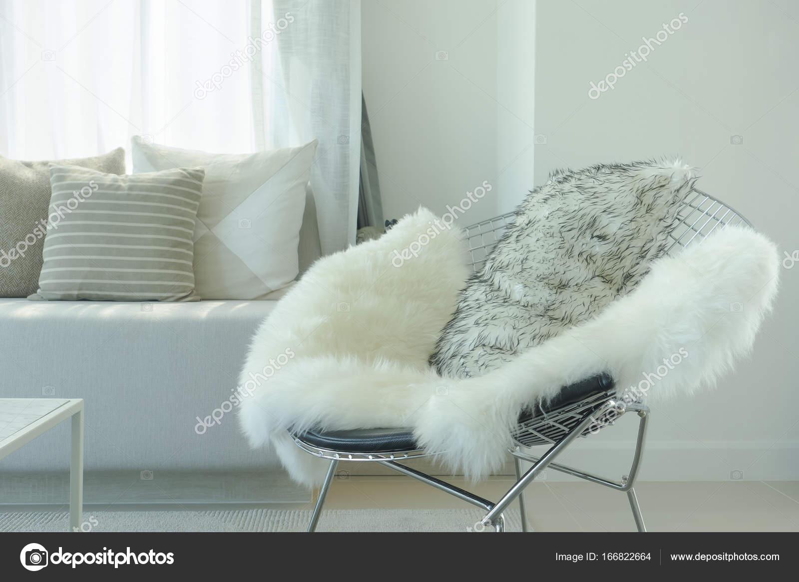 Fell und Kissen auf moderne Sessel im Wohnzimmer — Stockfoto ...