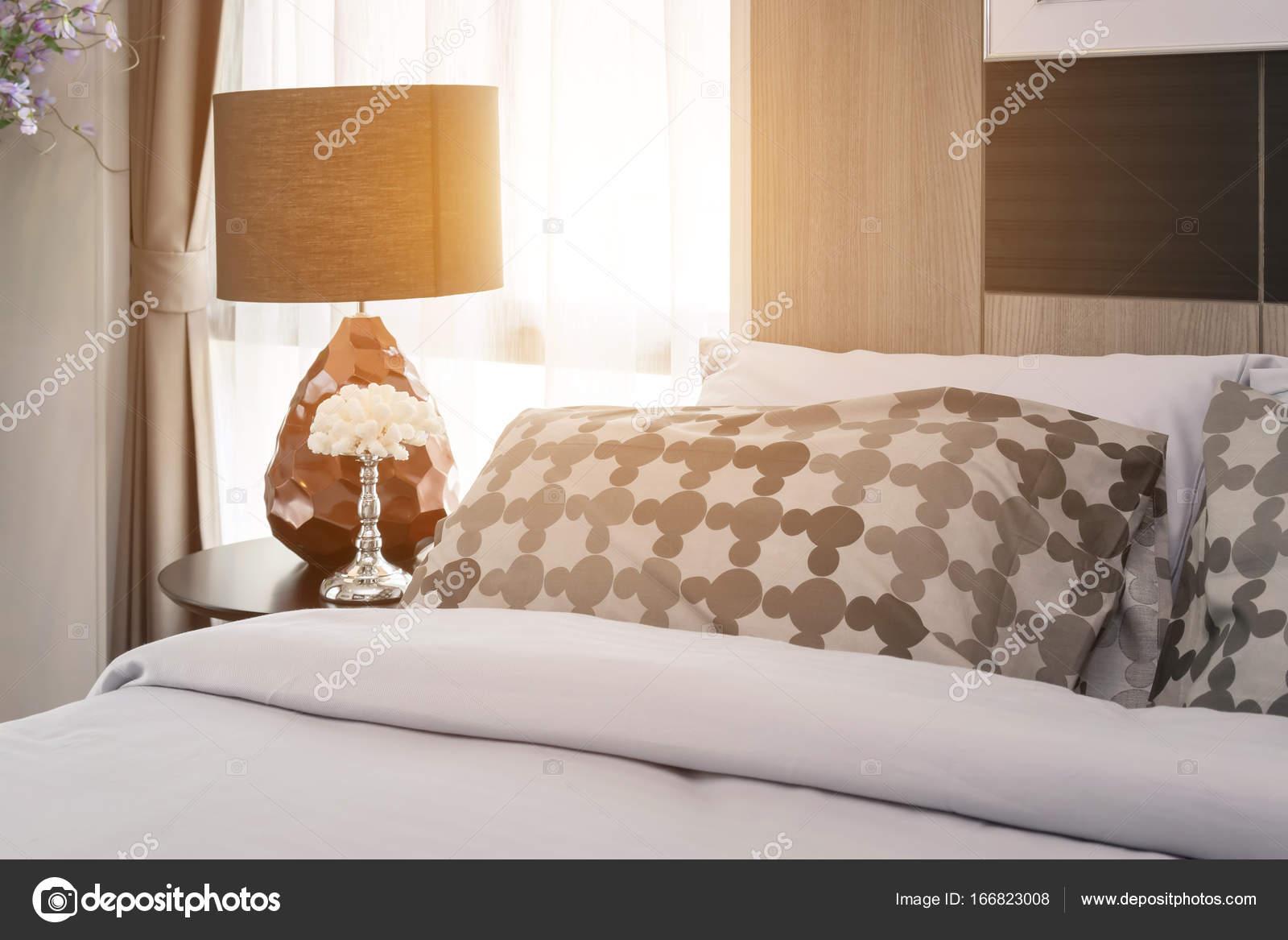 Scène de matin de chambre à coucher moderne modèle oreillers ...