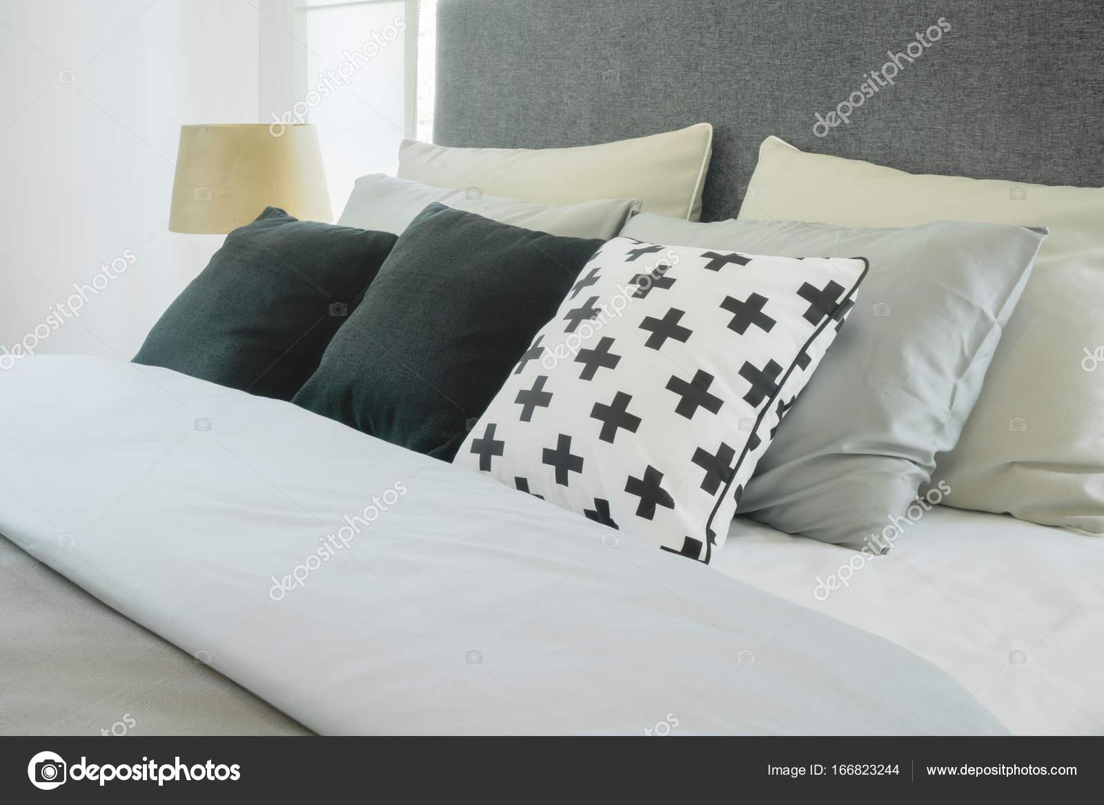 https://st3.depositphotos.com/6200870/16682/i/1600/depositphotos_166823244-stockafbeelding-moderne-slaapkamer-interieur-met-kussens.jpg