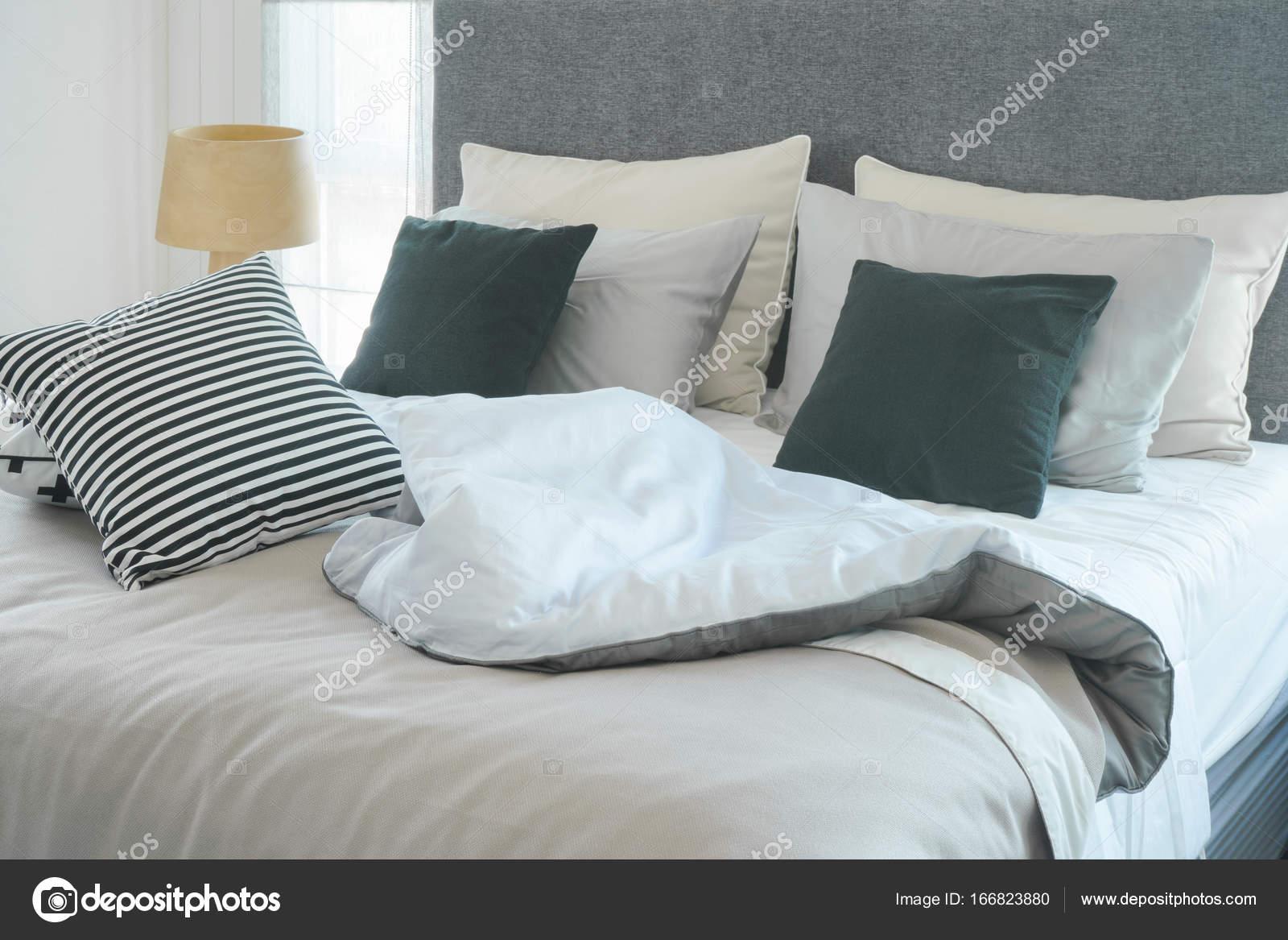 Disordinato letto con cuscini in camera da letto moderna interno ...
