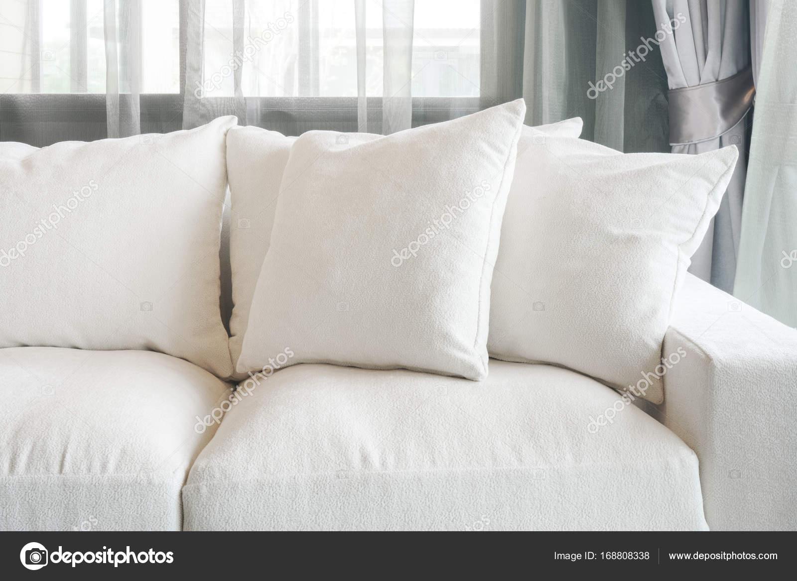 Witte kleur bank en kussens met pure gordijn op achtergrond