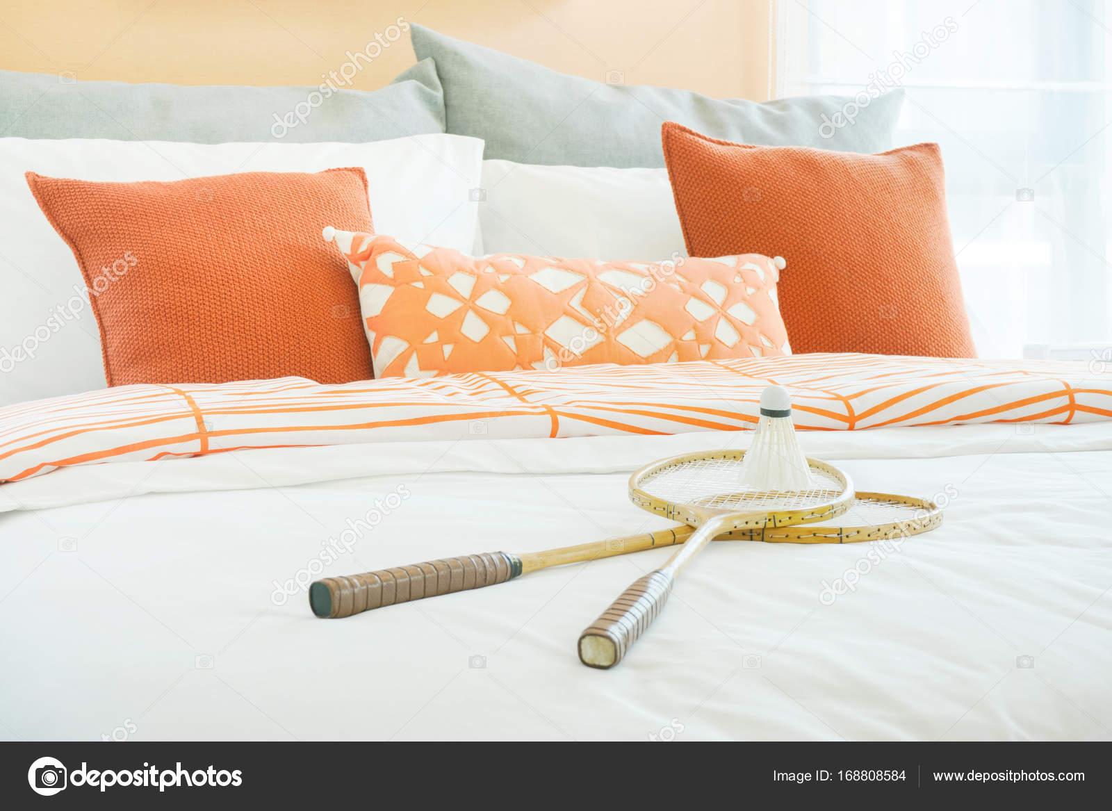 Intérieur moderne chambre à coucher avec des coussins orange et gris ...