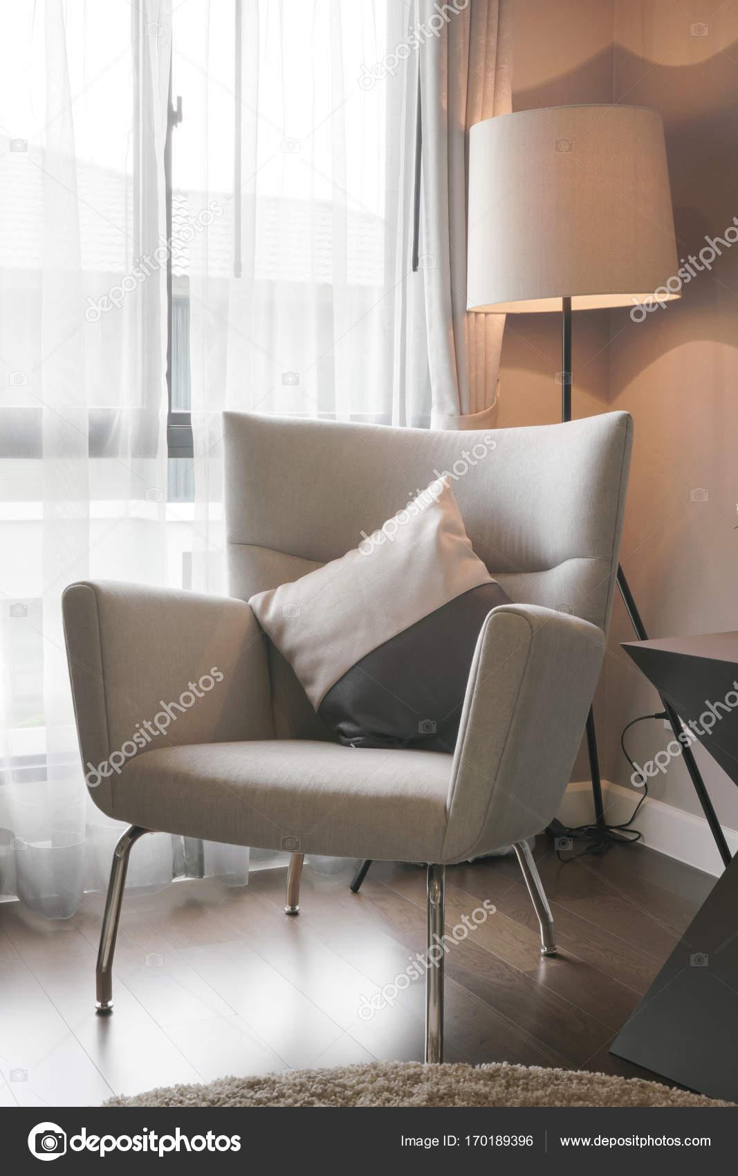 Moderne klassieke stijl fauteuil met staande lamp op de hoek van de ...