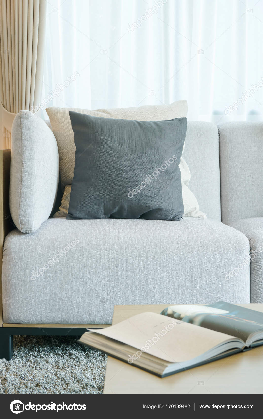 Zwart-wit kussens op grijze sofa in de woonkamer — Stockfoto ...
