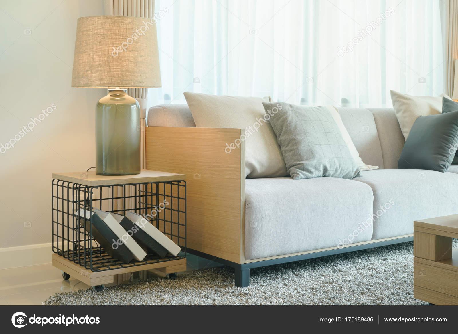 Lampada da tavolo accanto al comodo divano nel soggiorno in stile ...