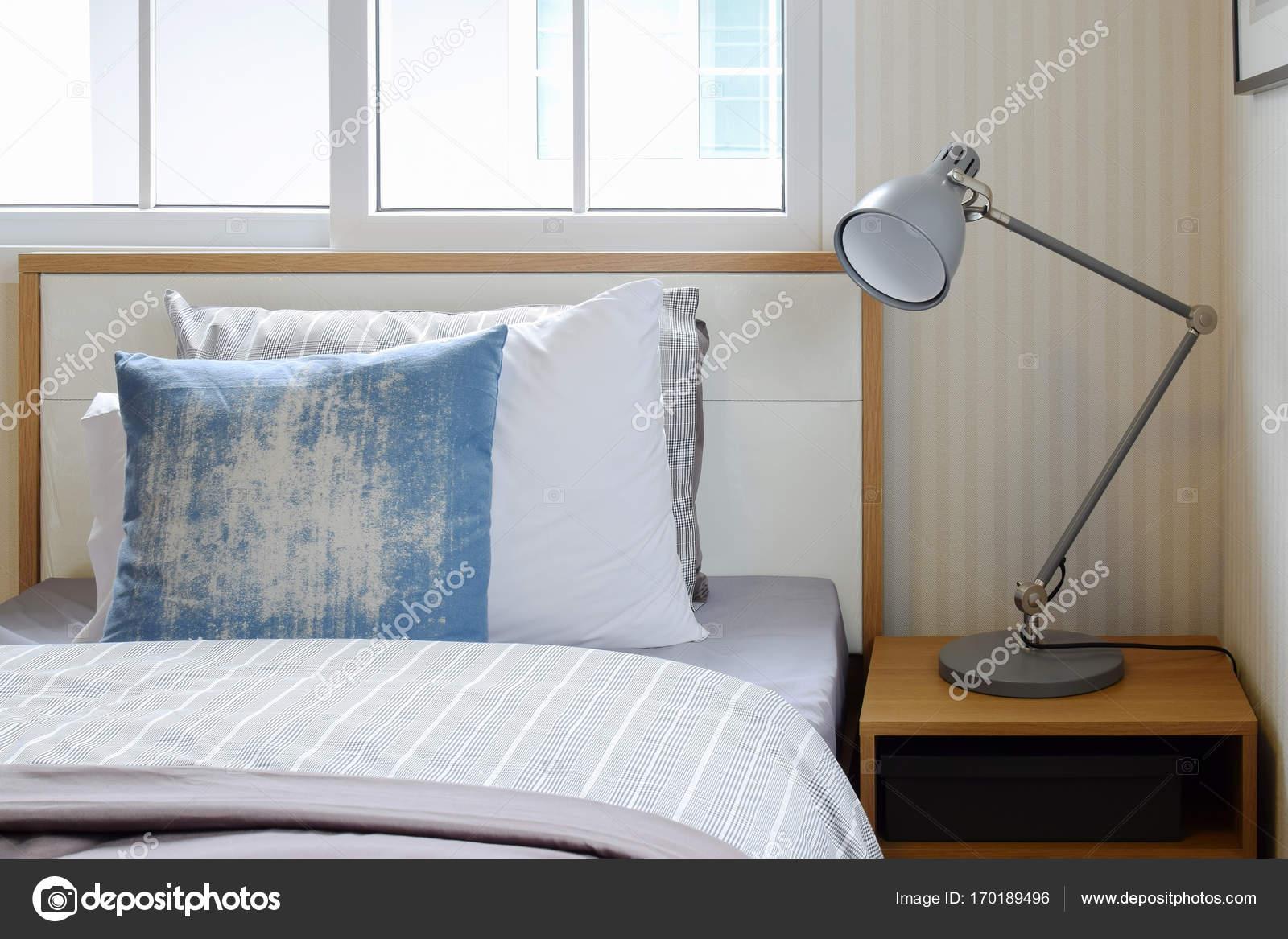 Gemütliche Schlafzimmer Interieur mit Kissen und Leselampe auf ...