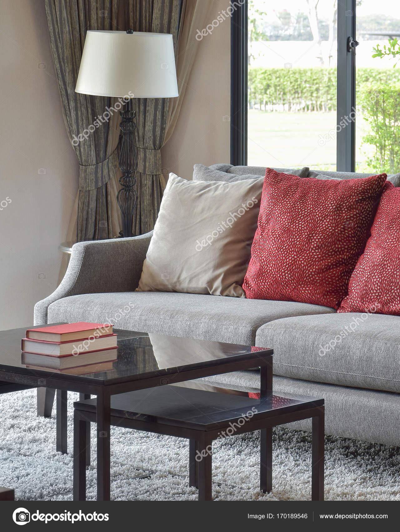 moderne Wohnzimmer Design mit roten Kissen auf Sofa und dekorative ...