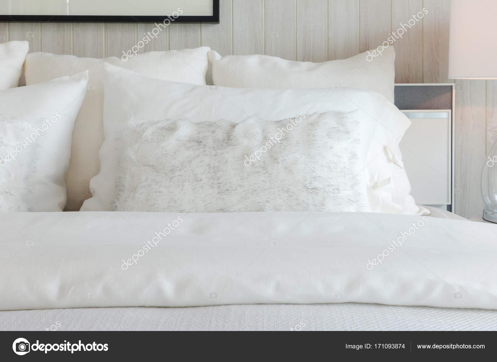 Ombre Blanche Oreillers Sur Chambre Intérieure De Style Literie élégante Blanc  Casséu2013 Images De Stock Libres De Droits