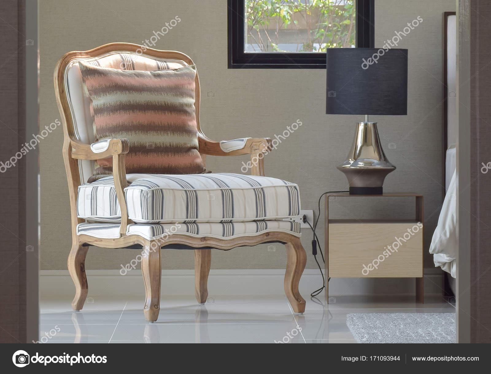 Comfortabele klassieke stijl lounge stoel naast het nachtkastje