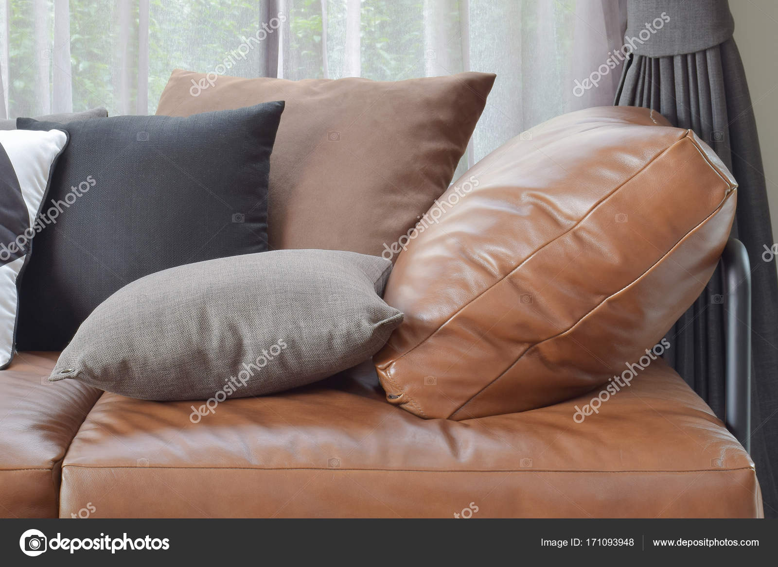 T Braun Leder Sofa Bett Mit Variiert Kissen Farbe Und Größe U2014 Stockfoto