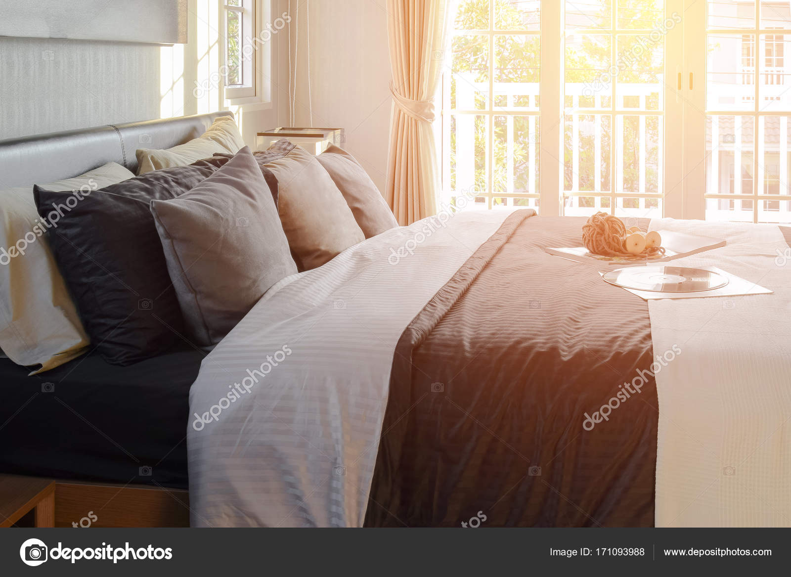 Moderne Schwarze Ton Schlafzimmer Deko Mit Buch, Häkeln Und Gramophone  Record Auf Bett U2014 Stockfoto