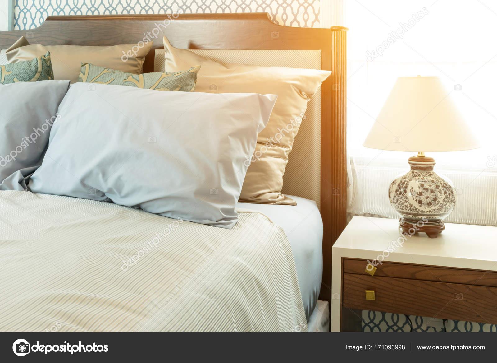 Blauwe Slaapkamer Lamp : Klassieke slaapkamer met blauwe kussens en chinese lamp stijl op