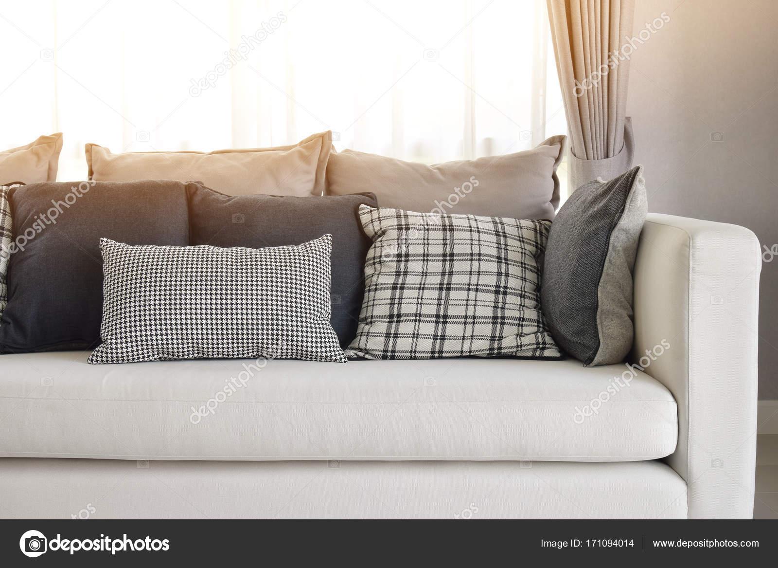moderne Wohnzimmer Interieur mit schwarz / weiß Karomuster Kissen ...