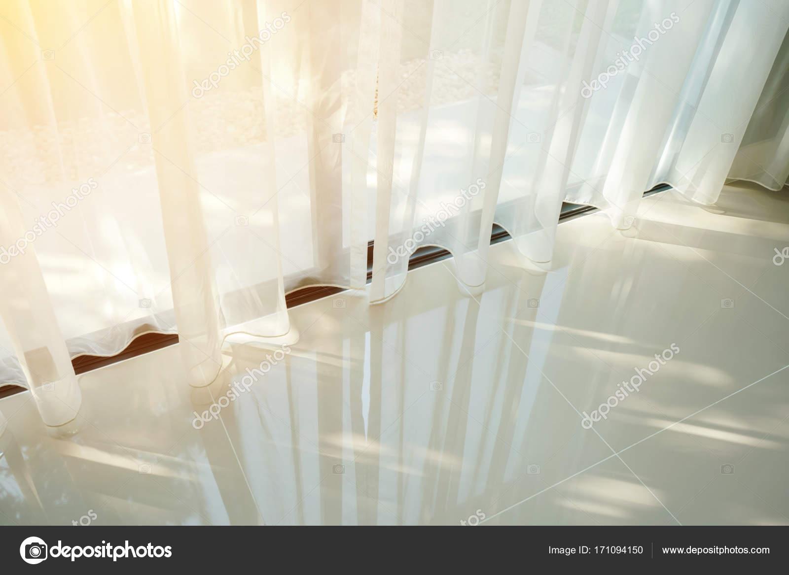 Bella mattina luce attraverso tende in camera da letto — Foto Stock ...