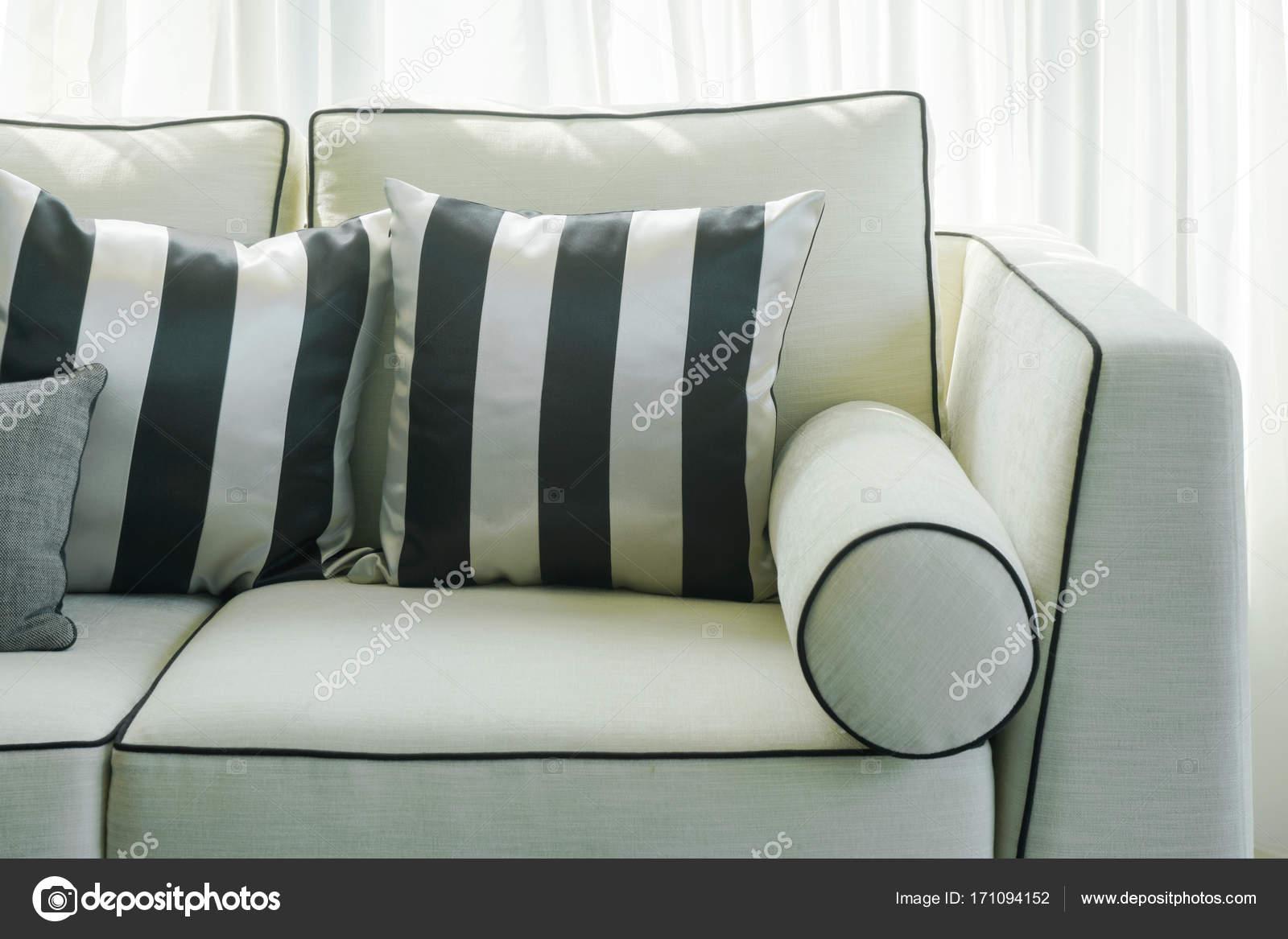 Divano Nero Cuscini : Bianco e nero spogliato i cuscini sul divano nel soggiorno u2014 foto