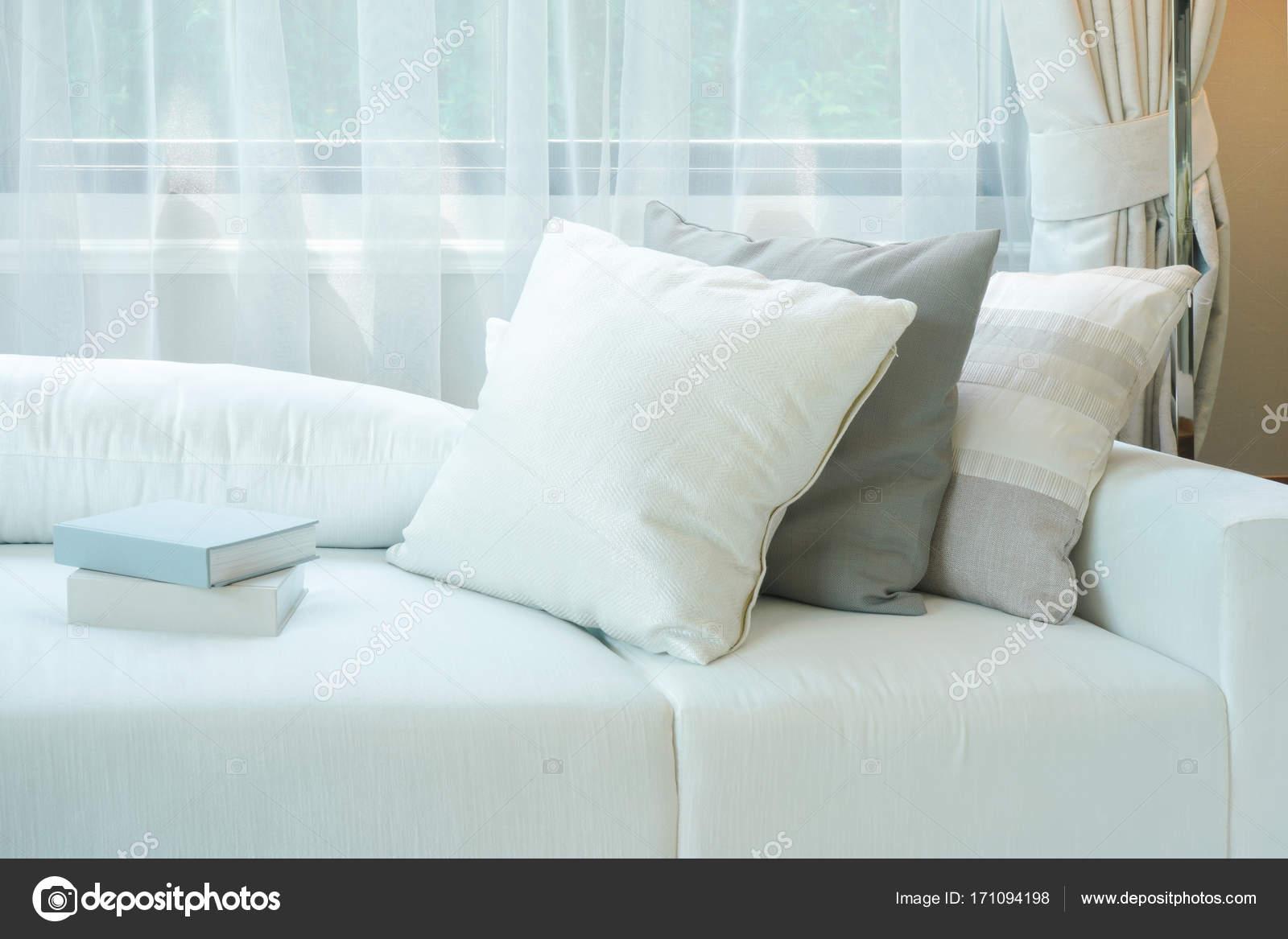 Bücher Und Kissen Auf Weiße Couch Neben Fenster Im Wohnzimmer U2014 Foto Von  WorldWide_Stock