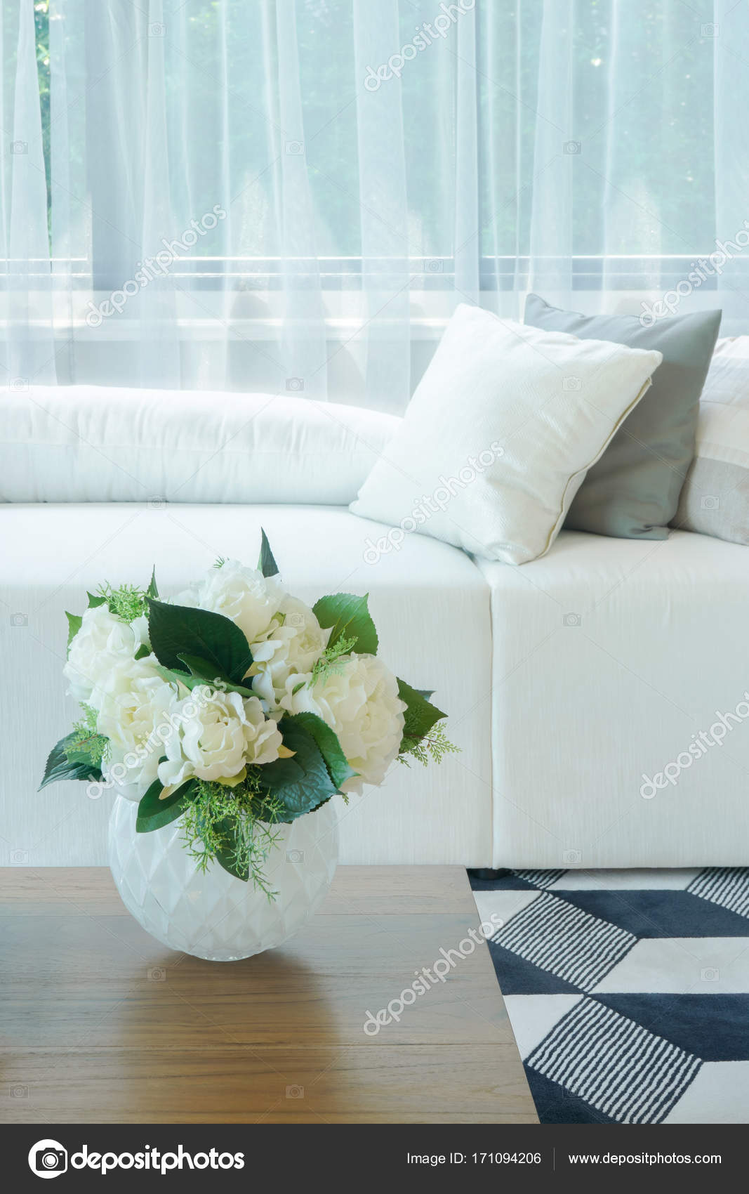 Flower vase at center table with white sofa in living room — Stock
