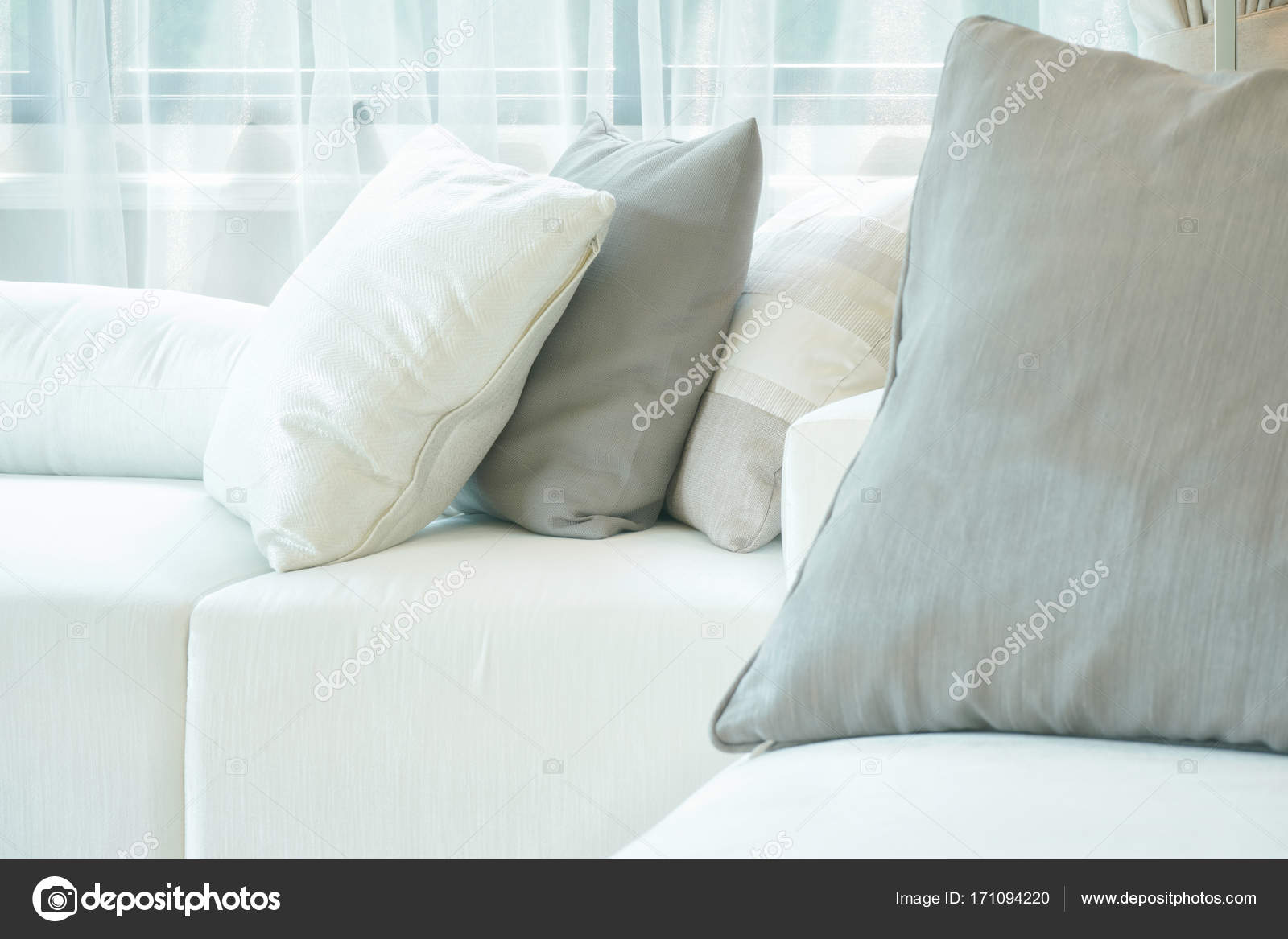 Graue Und Weiße Kissen Auf Weißen Sofa Im Wohnzimmer U2014 Foto Von  WorldWide_Stock