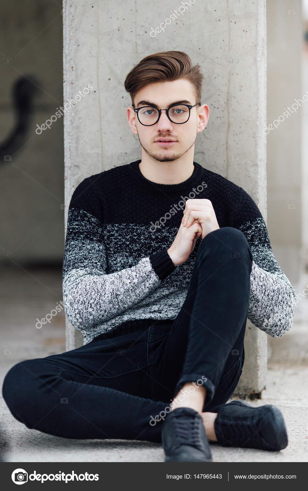 La mode homme assis près du mur avec des lunettes sur les mains– images de  stock libres de droits 66dbbf791600