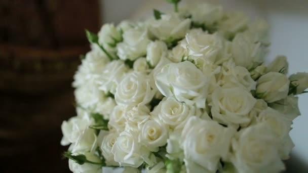 Gazdag esküvői csokor fehér rózsát készült