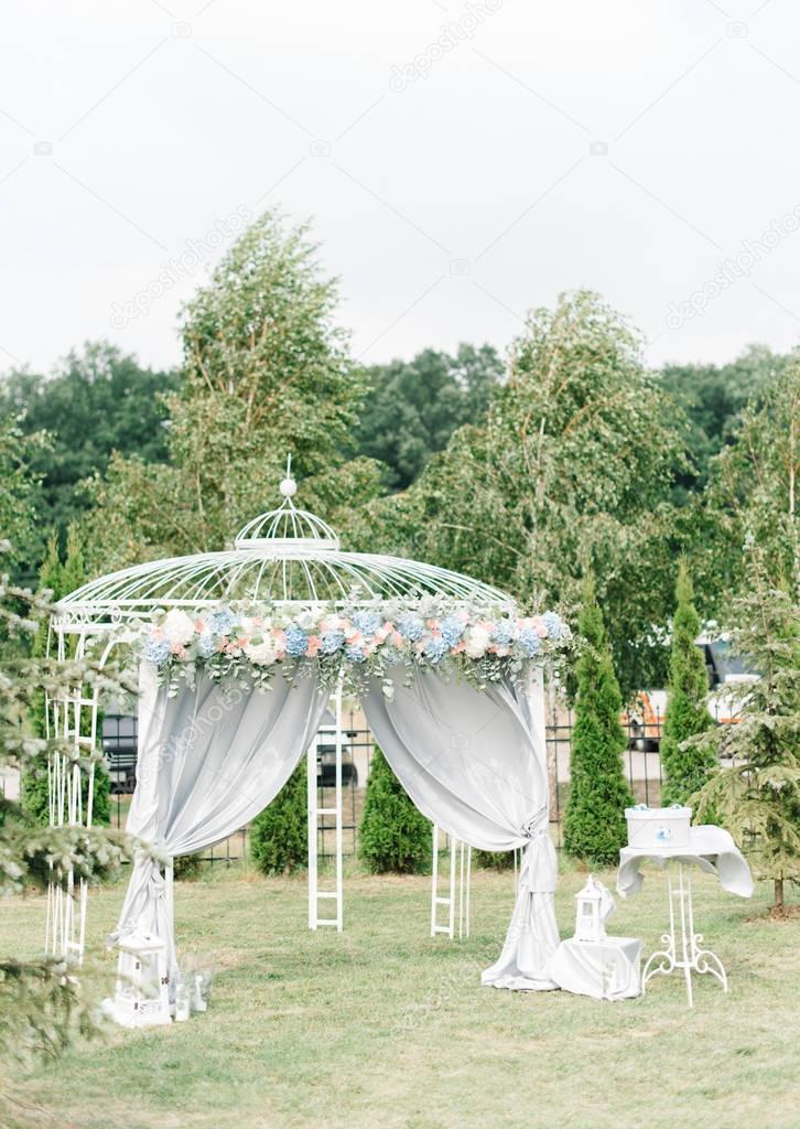 Altar de casamento decorado com flores pastel carrinhos l fora altar de casamento decorado com flores pastel carrinhos l fora foto de imidglvivail junglespirit Gallery