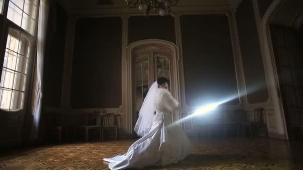 ziemlich amüsante Braut mit Lichtschwert im dunklen Raum. Ungewöhnliche Hochzeit