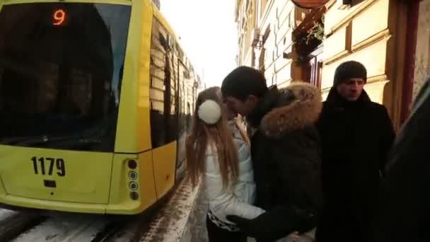 Boldog, fiatal pár, lágyan megcsókolta. Városi élet és a traffic jam háttér