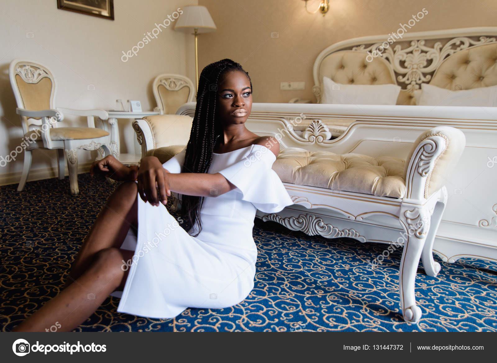Atractiva Mujer Africana En El Hotel De Lujo Europeo Modelo  # Muebles Rodilla