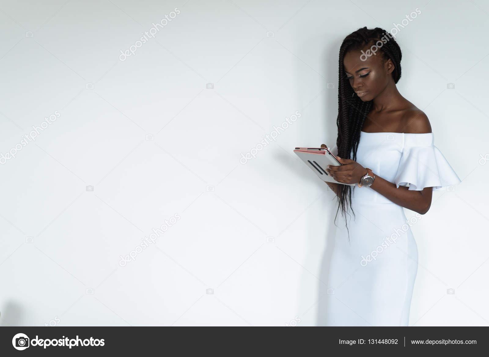 Sexy hübsche Fotomodell mit schwarzer Hautfarbe steht vor einer ...