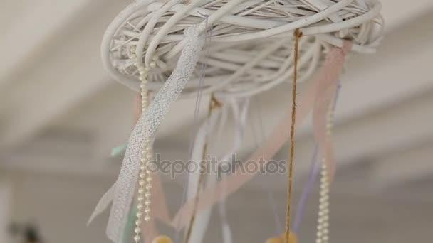 Verbazingwekkend Houten harten en parels hangen aan witte krans onder het plafond XZ-58