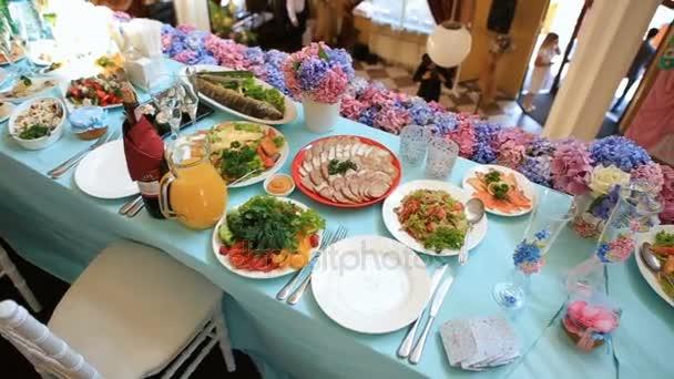 Mnoho pokrmů, které podává na modré jídelního stolu pro svatbu