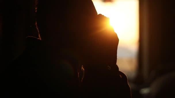 Depresivní člověk udržuje ruce v znamení pro modlit se v kavárně na pozadí západ slunce