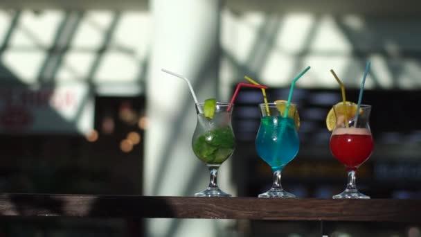 Drei bunte leckere Cocktails mit Minze und Eis auf das Sonnenlicht