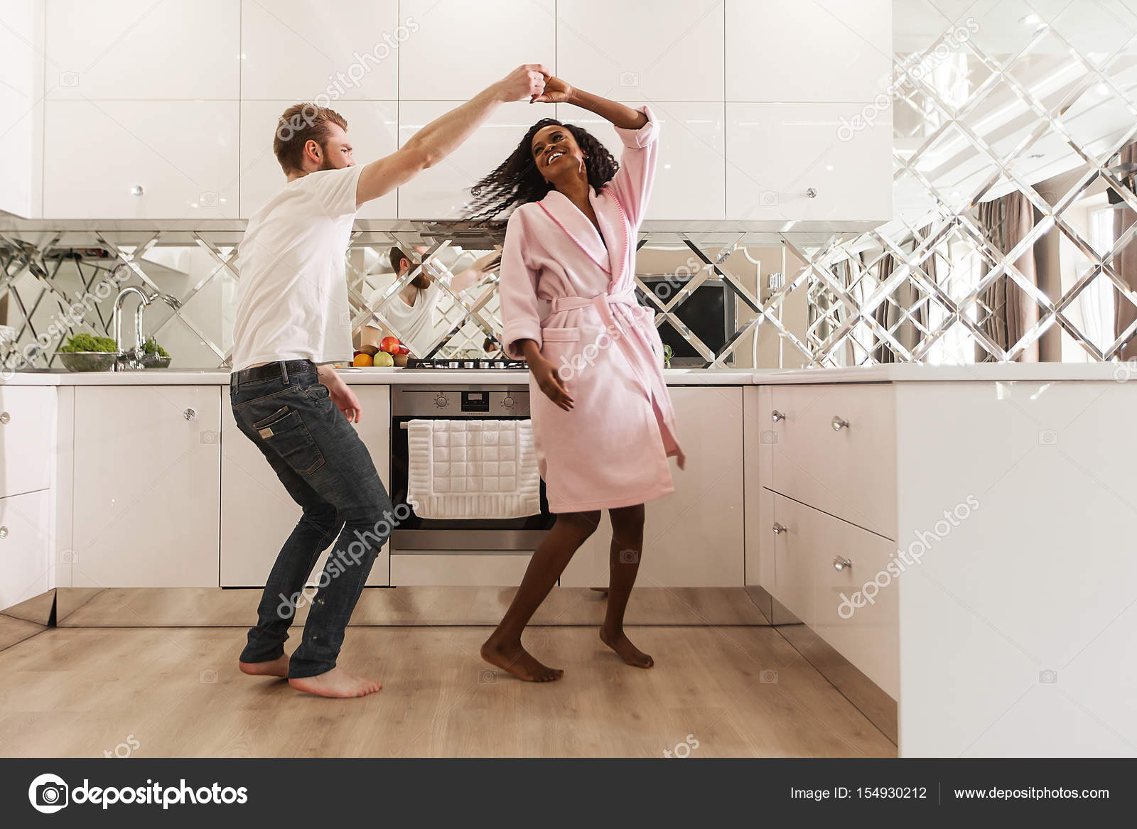 Attraktive glückliche Paar tanzen in der Küche. schwarze Frau und ...