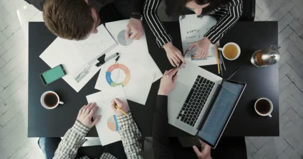 Detail nad tým řešení pomocí grafiky a plány firmy problém. Podnikatel se ukazuje laptop.