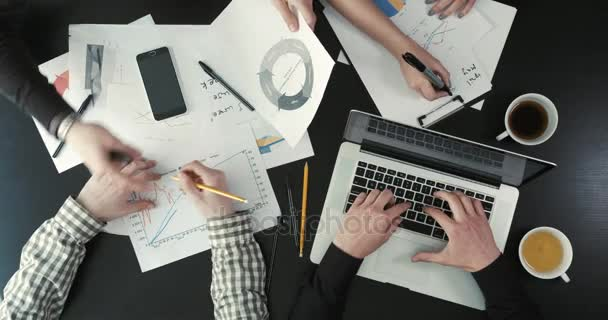 Detail nad zobrazením podnikatelů řešení obchodních problémů pomocí grafiky, notebook a mobilní telefon.