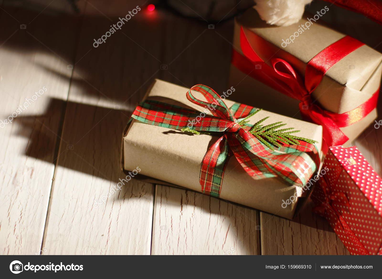 Schöne Weihnachtsgeschenke.Nahaufnahme Der Schöne Weihnachtsgeschenke Verpackt In Bunten Pape