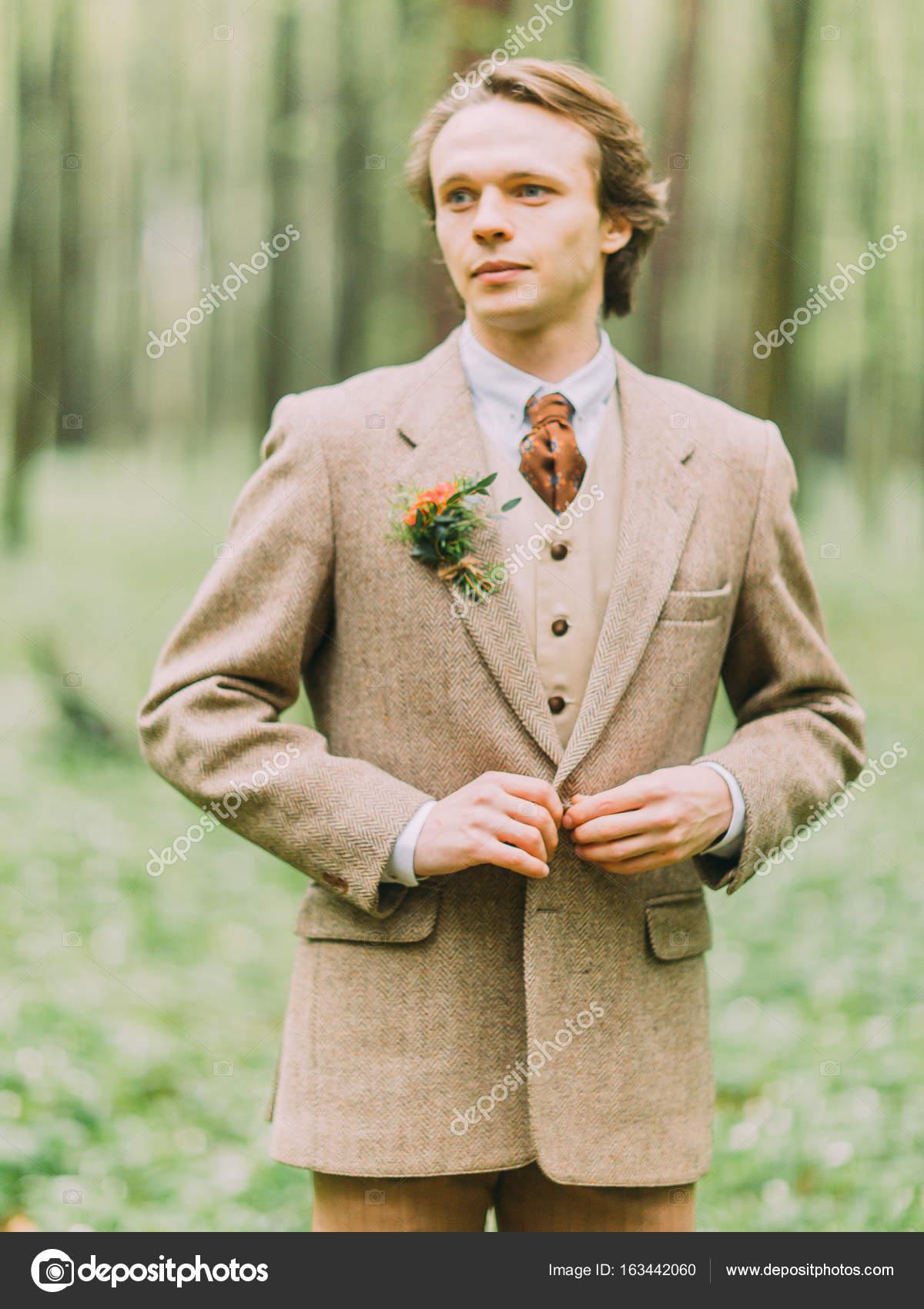 Das Portrait Der Schonen Blonden Mann Im Vintage Anzug Ist Hir Jacke