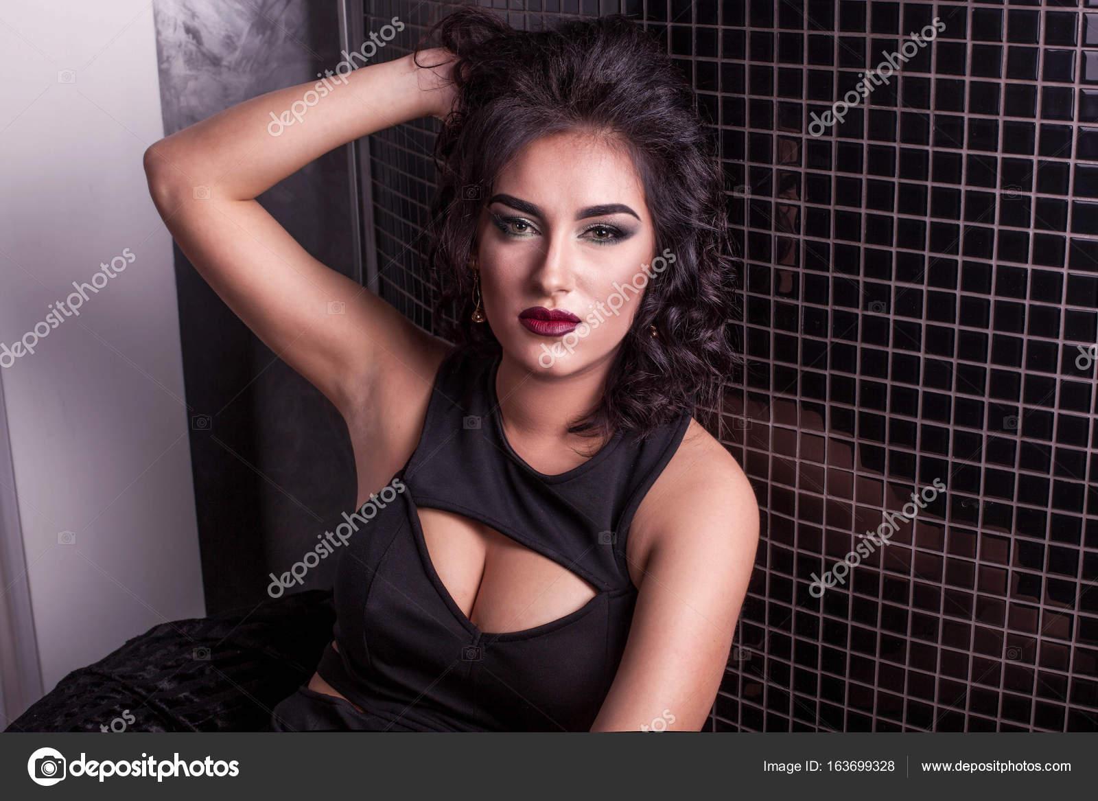 Gros Avec Robe Bouclée Plan La Femme De Belle Aux Cheveux fgvfapBW
