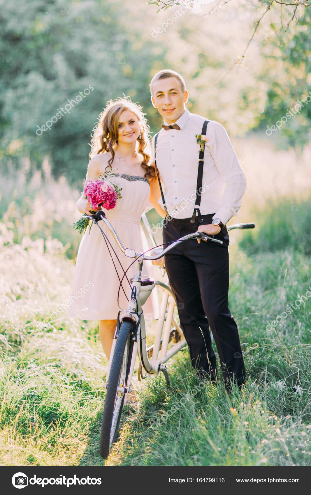 Das vertikale Foto von der Brautjungfer in der kurzen nackt Kleid ...