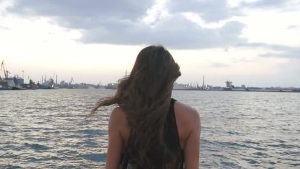 Detail zadní pohled na ženy, zvedl ruce a skákat do moře