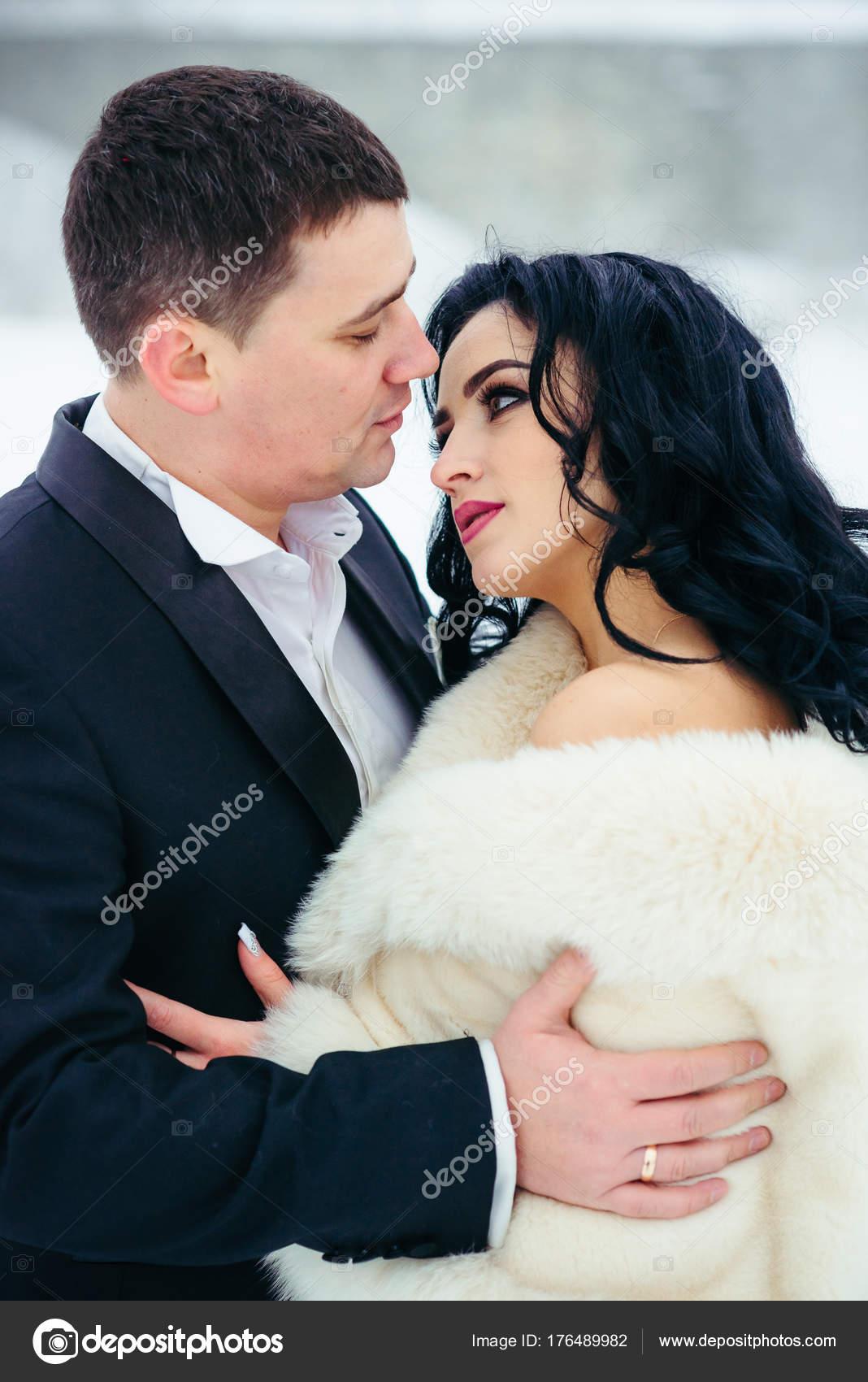 571d188988b Verticale di lunghezza mezza ritratto sposi coppia cerca occhi gara  matrimonio all'aperto inverno Natale